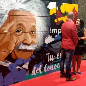 Photocall pintado en directo en evento de inauguración.