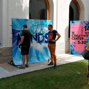 Alumno habla con el grafitero en el evento.