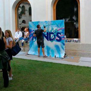 Grafitero pintando en directo en evento en Segovia.