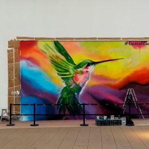 Graffiti de colibrí pintado en evento en Madrid